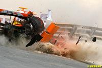 Heikki Kovalainen sort violement de la piste à Bahreïn