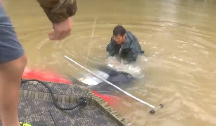Inondations en Louisiane : il sauve une femme et son chien d'une Mazda MX-5 en train de couler