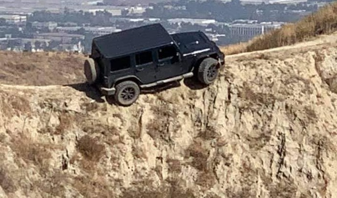 Il coince son Jeep Wrangler au bord d'un ravin