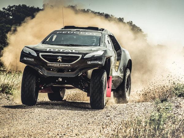 Peugeot 2008 DKR en action dans le désert (2 vidéos)