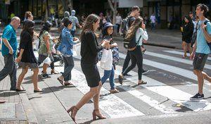 Sécurité : un PV ceux qui traversent la route en regardant leur smartphone, bonne idée ?