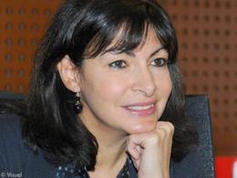 Anne Hidalgo propose le stationnement gratuit pour les voitures électriques