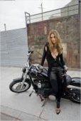 Moto & Sexy : Alessandra Ambrosio sexy sur une moto.