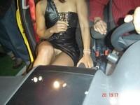 Une hôtesse sans culotte dans un Salon automobile !