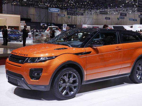 land rover travaille sur un range rover tout lectrique pour d fier tesla. Black Bedroom Furniture Sets. Home Design Ideas