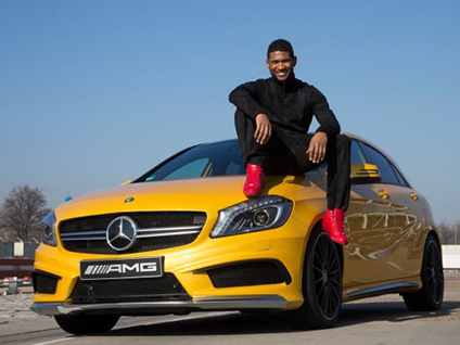 vid o usher prend son tour le volant de la mercedes a45 amg. Black Bedroom Furniture Sets. Home Design Ideas