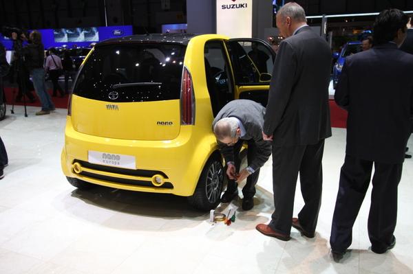 Tata Nano Europa : bonne bouille et clé à douille