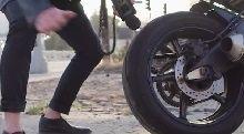 Insolite - Vidéo: une moto c'est un cadre qui peut faire un tube