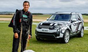 L'aventurier Bear Grylls saute pour le nouveau Land Rover Discovery