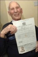 Londres : un chauffeur de taxi prend sa retraite à 92 ans !