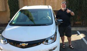 Le co-fondateur d'Apple critique sa Tesla et passe sur la Chevrolet Bolt