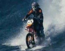 Vidéo: du surf avec une moto ? C'est possible !