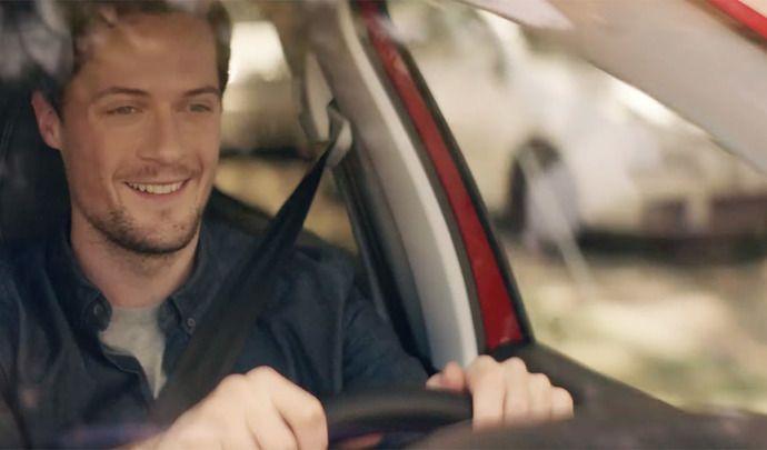Une publicité Peugeot bannie à cause de messages au volant