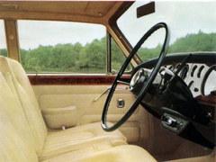 Réponse à la question n°75 : la Rolls Royce Silver Shadow de 1965 avait un petit côté franchouillard. Lequel ?