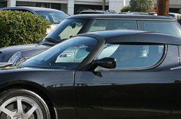 Georges Clooney, Matt Damon, Dustin Hoffman… la Tesla Roadster toujours très branchée