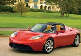 Des Tesla Roadster électriques avec conduite à droite en perspective