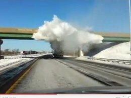 [vidéo] explosion de neige sur l'autoroute