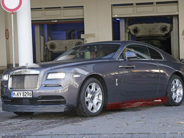 Surprise : une Rolls Royce Wraith avec un spoiler et un béquet