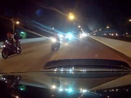 Vidéo : Une Porsche humilie un groupe de motards