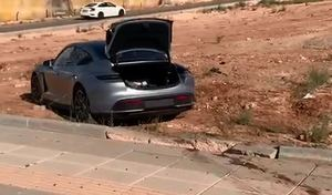 Il rate un giratoire à 188 km/h en Porsche Taycan Turbo S