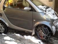 Insolite : une Smart équipée de chaînes à neige, mais pas sur les bonnes roues