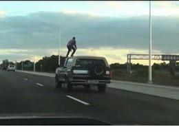[Vidéo] Il lâche le volant pour surfer sur le toit de sa voiture sur l'autoroute