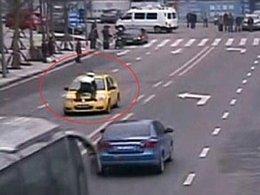 Insolite : Fan Zengxu, le policier chinois qui ne lâche rien (pas même les voitures)