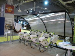 En direct du Salon du Cycle 2009 : la société Eco & Mobilité dévoile sa Vélo Station électrique