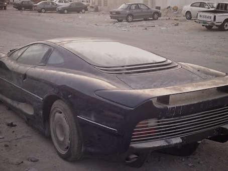 Surréaliste : une Jaguar XJ220 abandonnée dans le sable du Qatar
