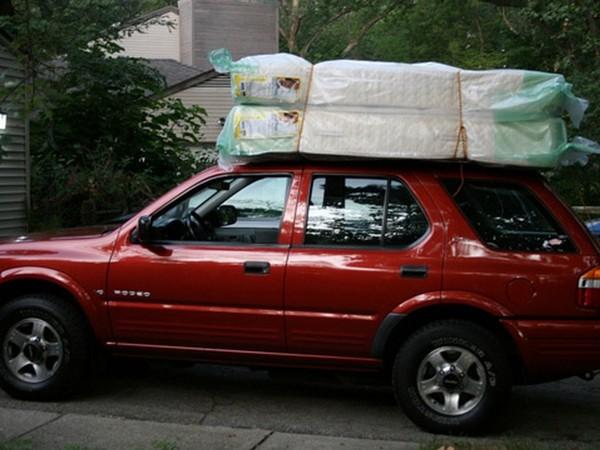 Incroyable il essayait de tenir un matelas sur le toit de sa voiture il es - Matelas renault avis ...