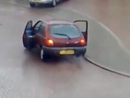 Vidéo : glissant sur la route, deux femmes préfèrent sauter de leur voiture