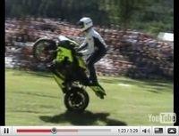 Vidéo du jour : Première mondiale, Simon MTZ stunte sur l'herbe !!