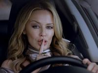 [Vidéo] Kylie Minogue roule sans bruit en Lexus CT200h