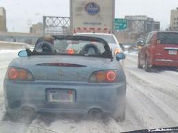 Photo : un vrai puriste Honda roule décapoté en S2000, même quand il neige