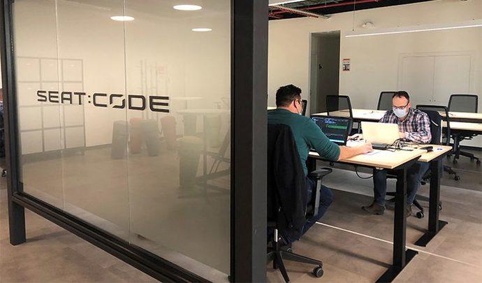 """Seat """"transforme"""" ses ouvriers en développeurs informatiques"""