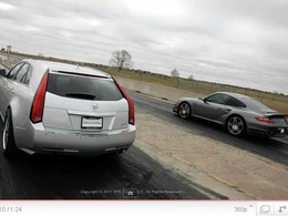 Un break Cadillac croque une Porsche 911 Turbo