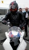 Exclusif : Mathieu Kassovitz fait quelques tours de piste sur la BMW S1000 RR de Superbike…