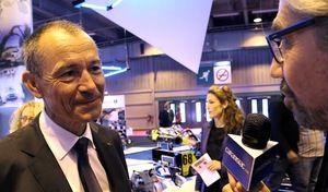 La question qui fâche à Jean-Claude Girot, patron du Mondial: « On m'avait promis des hôtesses magnifiques et je ne vois que des filles en baskets. Que s'est-il passé?»