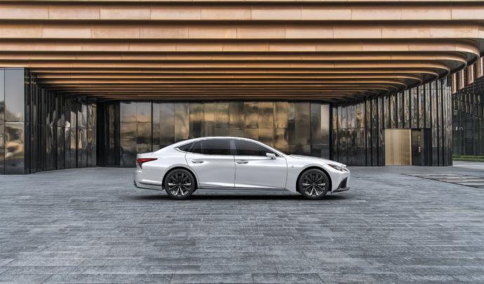 Lexus LS : petit restylage, et fin de l'essence