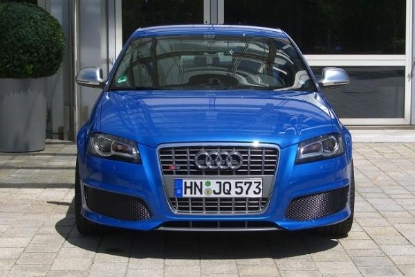 Spyshot organisé : la future RS3 pose devant le musée Audi