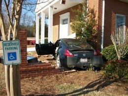 Une Nissan 370Z trouve la foi et se crashe dans une église