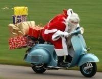 Insolite : Le Père Noël sur une moto, en jeans et chemise?