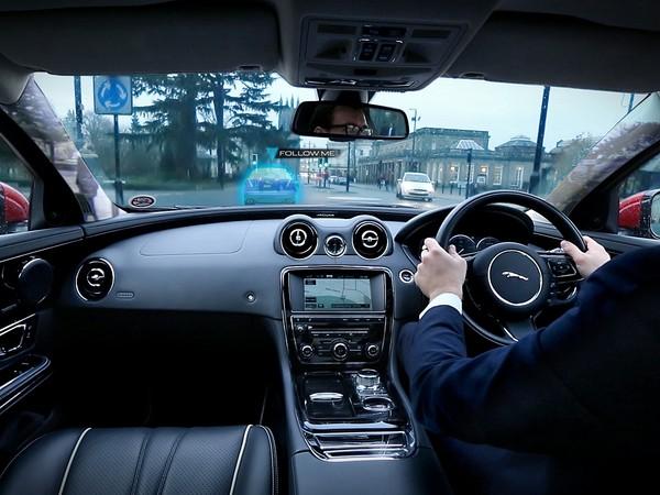 jaguar pr sente son pare brise virtuel en vid o. Black Bedroom Furniture Sets. Home Design Ideas