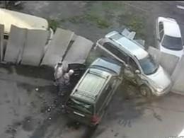 [Vidéo] La scène déchirante d'une femme qui, de rage, détruit la voiture de son mari avec la sienne