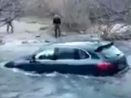 Il tente - en vain - de franchir une rivière avec son Porsche Cayenne