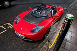 La conduite à droite pour le Tesla Roadster électrique à Londres