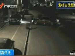 [Vidéo] Un justicier en Cadillac vient au secours d'une pauvre femme racketée dans une séquence surréaliste