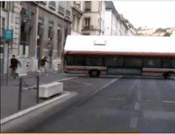 Virus à Lyon : un bus fait un tonneau