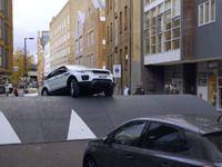 Insolite : un ralentisseur géant pour promouvoir le Range Rover Evoque