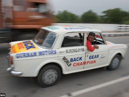 Insolite : un Indien conduit sa Fiat en marche arrière depuis 2003 [vidéo]